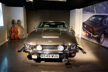 """Bond-Ausstellung in London: Aston Martin V8 Volante und Cello-Schlitten aus """"Der Hauch des Todes"""" (1987). Foto: Auto-Medienportal.Net/London Film Museum"""