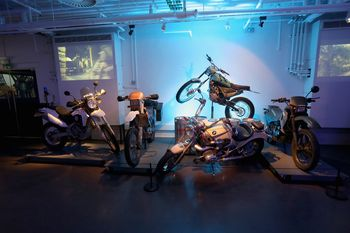 """Bond-Ausstellung in London: Motorräder aus """"Skyfall"""" (2012"""", """"Der Morgen stirbt nie"""" (1997) und """"Golden Eye"""" (1995). Foto: Auto-Medienportal.Net/London Film Museum"""