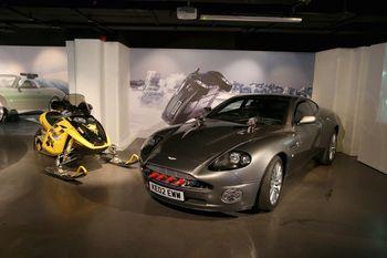 """Bond-Ausstellung in London: Aston Martin V12 Vanquish und Bombardier MX Z-Rey Sky-doo """"Stirb an einem anderen Tag"""" (2002). Foto: Auto-Medienportal.Net/London Film Museumt zu Bild 7"""