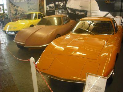 Prototypen (v.r.): Fahrbereite Studie von 1965, unterschiedliche, gehälftete Tonmodelle von Opel (rechte Hälfte) und Vauxhall, Serien-GT
