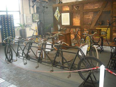 Alles auf Anfang: Nähmaschinenwerkstatt und das Quintuplet der fünf Opel-Söhne