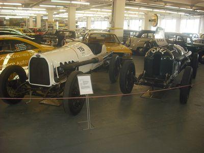 """Edwardians aus den 10er Jahren: Links ein 110-PS-Bolide, rechts das """"Biest"""" mit 12.3 Litern Hubraum, vier Ventilen, Königswellen-OHC und 260 PS"""