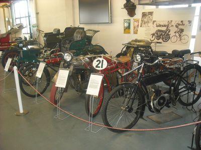 Motorräder von Opel: Rohrrahmen-Modelle, dazwischen (2.v.l.) die legendäre Motoclub 500