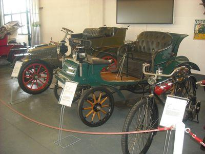 """Kutsche noch erkennbar: Frühe Opel um die Jahrhundertwende, rechts der """"System Lutzmann"""" von 1899"""