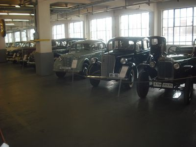 30er-Jahre-Szenerie: P4 (M.) und Vorkreigs-Kadett (l.), der erste echte Volks-Wagen