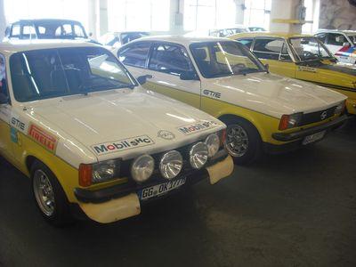 C-Promis: Kadett C Coupé GT/E, links rennfertig, daneben Serie. Rechts im Hintergrund die Rallye-Monte-Carlo-Legende Kadett B